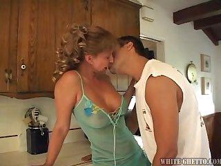 Горячая леди занимается страстным сексом на кухне
