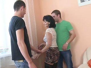 Два строителя трахают зрелую тётку